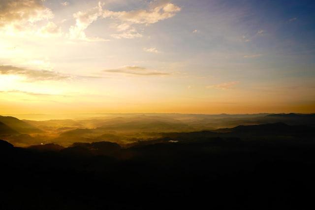 画像: 幾重にも連なる山並みから九十九谷と呼ばれる。狙い目は夜明け前から日の出直後、日の入り前。雨上がりの早朝は霧が出やすいのでぜひ!