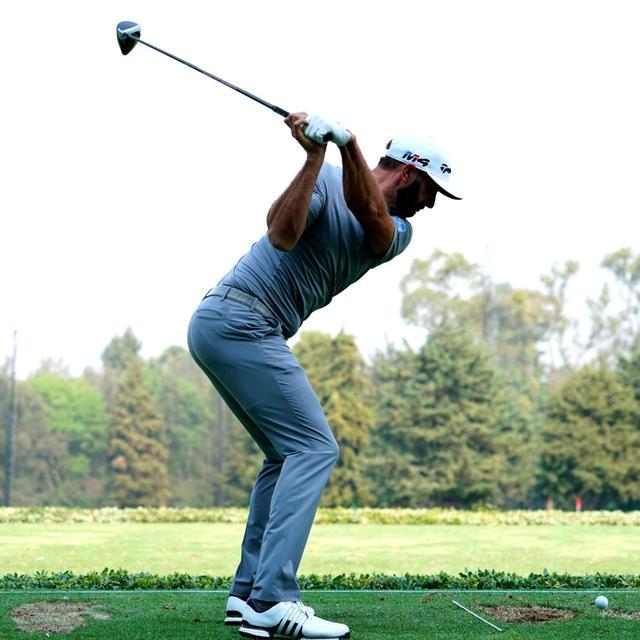 画像: ひざカックンで切り返し、手元がスッと落ちて、クラブが背中側に回る