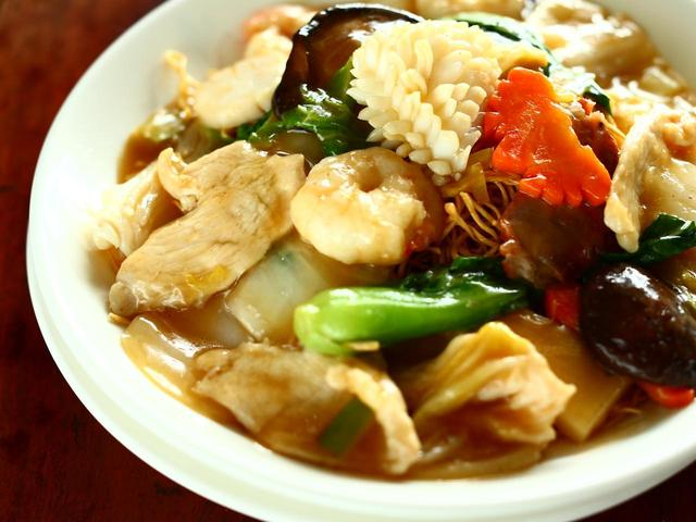 画像: 華正樓新館の什錦炒麺。北京料理ならではの乾燥食材の滋味を感じる。麺は蒸しから焼きまでお好みで選べる