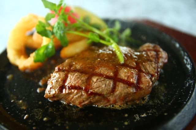 画像: レストランアゼリアで供されるポンドステーキ。やわらかく肉の旨味が凝縮された美味