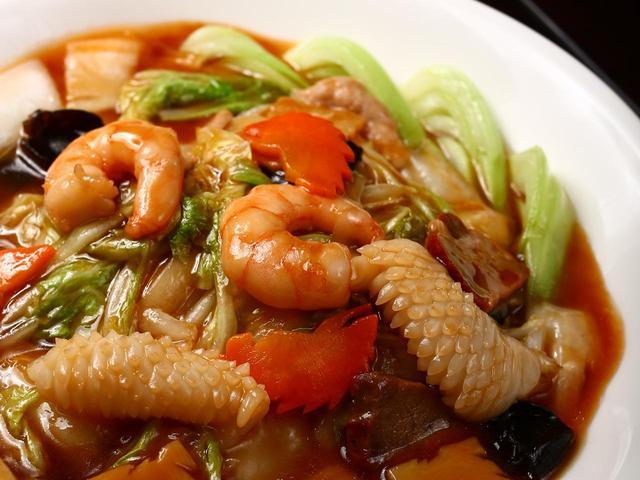 画像: 満珍樓本店の什錦香炒麺。たっぷりの餡が麺にかかった香り高いそば。焼きの入った麺が香ばしく鼻を抜けていく