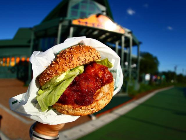 画像: ラッキーピエロの一番人気チャイニーズチキンバーガー