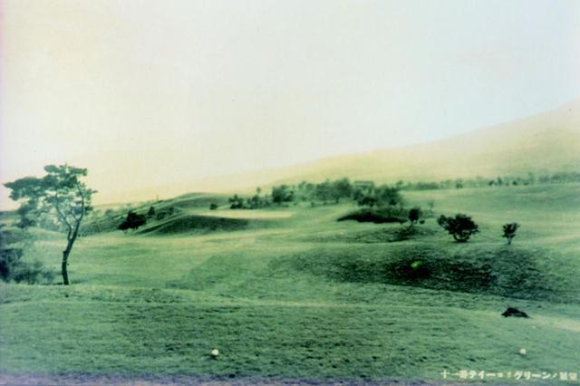 画像: 初期の頃に撮影された11番ホール。グリーン周辺は現在と変わらない
