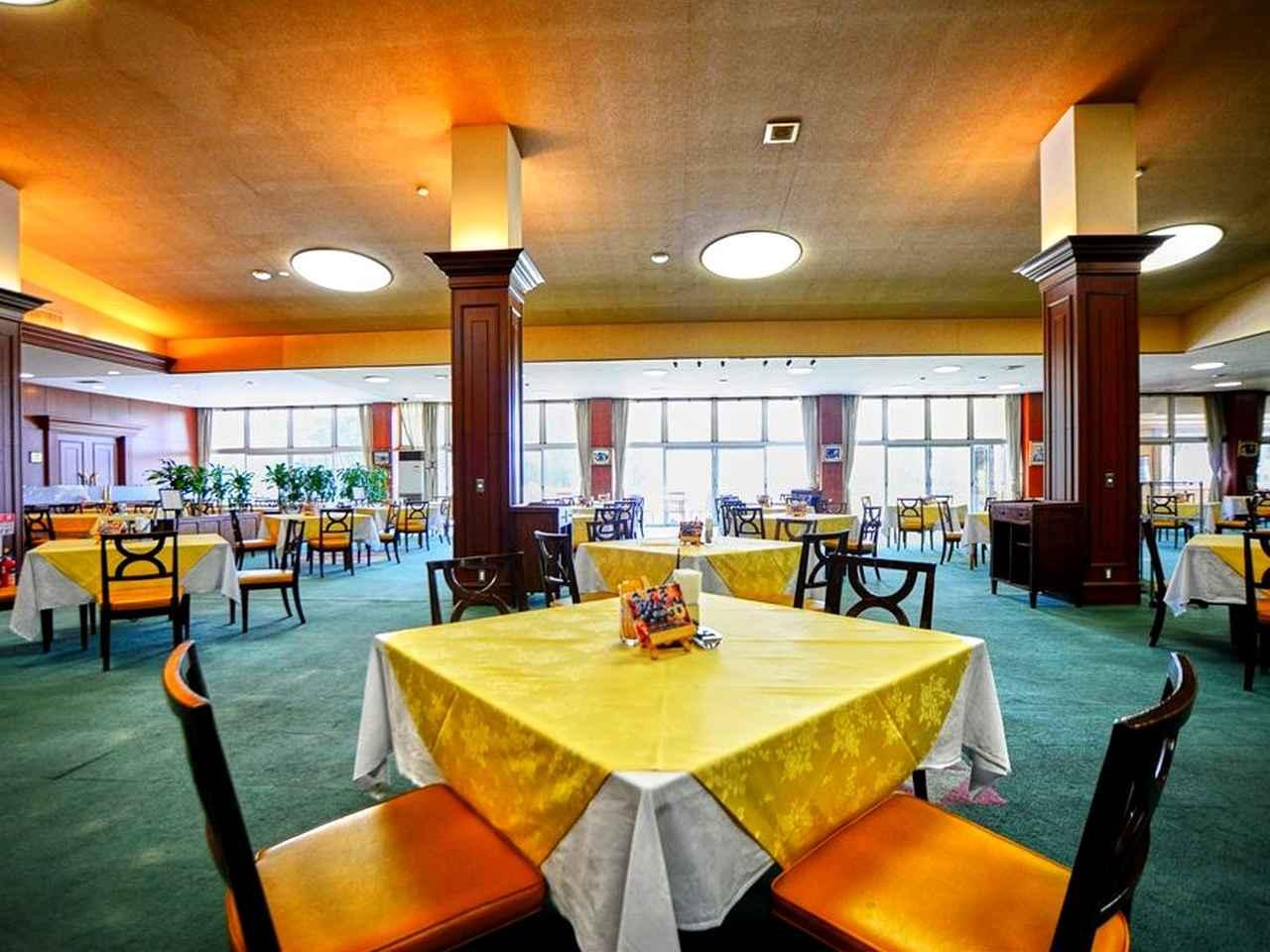 画像: クラブハウス2階のレストラン。窓からはロイヤルコースが眺められる