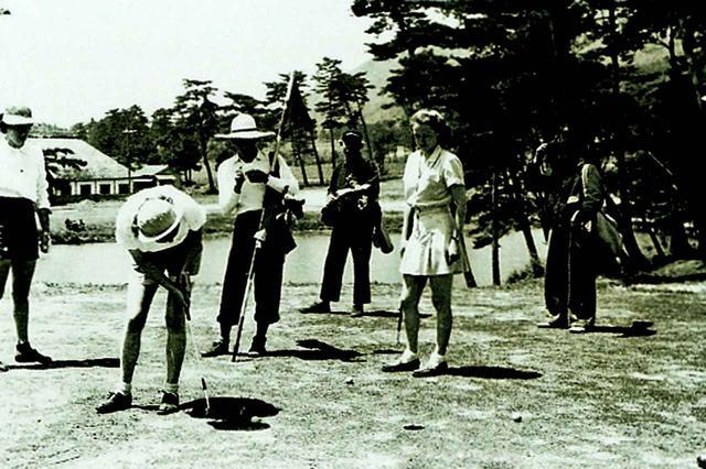 画像: 戦後の復活は昭和25年と早かったのは、米軍に接収、改修されたからだ。写真は駐留軍夫人たちによるプレー風景