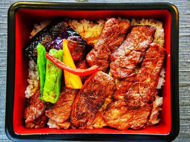 画像: 一番人気の国産和牛の焼肉重。サラダ、赤だし付き(2500円・税別)