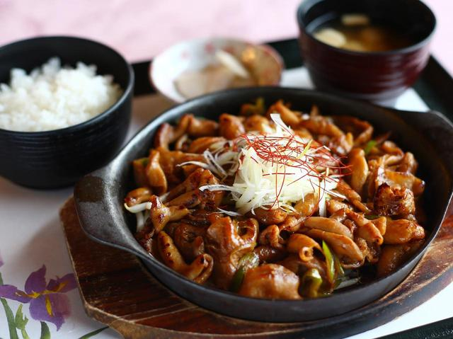 画像: 食べずには帰れない絶品!もつ焼定食。もつの甘さと醤油が絶妙にマッチ。ご飯が進むので「大盛」をおすすめします!