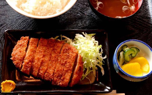画像: とんかつ定食 700円(税込)。ほかに牛丼、カレー、蕎麦、うどん、焼き鳥などメニュー豊富