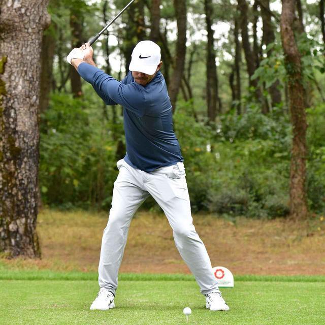 画像4: 【ブルックス・ケプカ】左足で踏み込んで、左ひざを伸ばして打つ。地面反力のお手本スウィング!