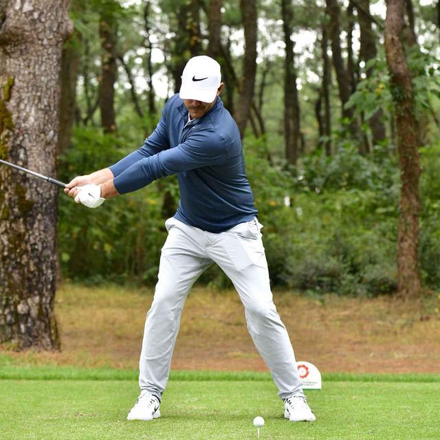 画像3: 【ブルックス・ケプカ】左足で踏み込んで、左ひざを伸ばして打つ。地面反力のお手本スウィング!