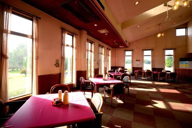 画像: クラブハウスには立派なレストラン。営業時間は11時~14時