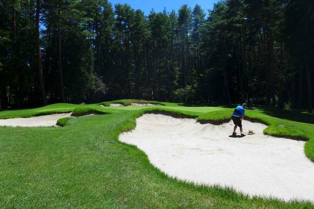 画像: 東の6番、グリーン手前のバンカー群、PGAツアー並みのショットコントロールが要求される