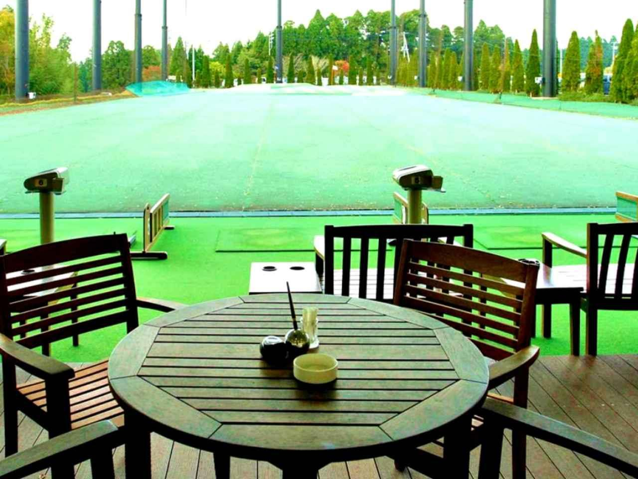 画像: 打席の後ろにはカフェテラス。ゆっくりボールを打つには最高の環境