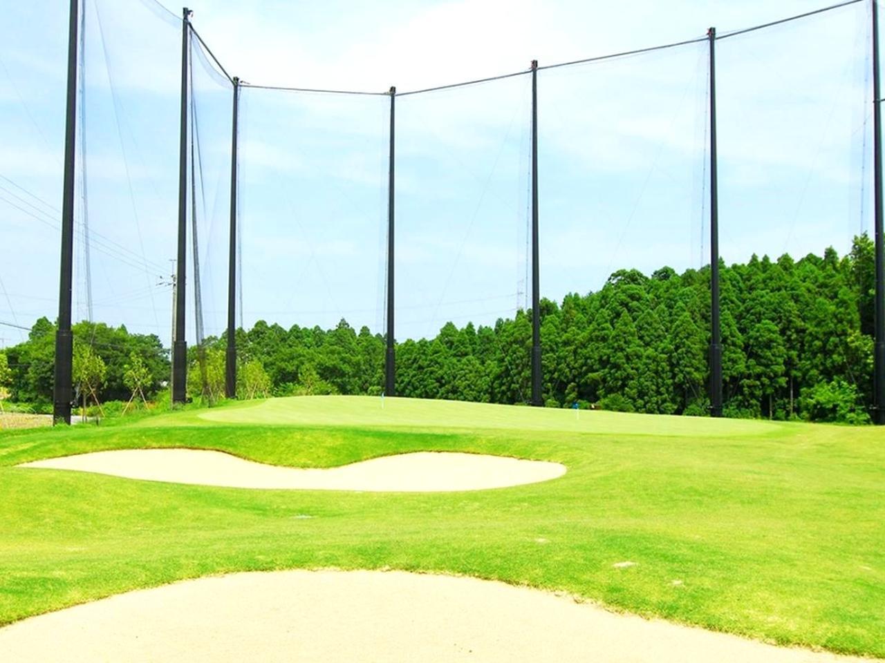 画像: 白砂と天然芝のショートゲーム練習場