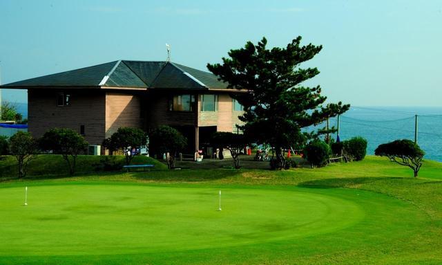 画像: クラブハウスと練習グリーン。海風が気持ちいい