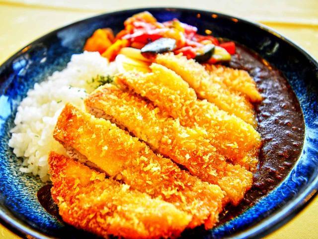 画像: 彩り野菜のキーマカレーライスのトンカツ乗せ 2100円(サラダ付き)
