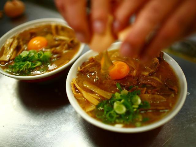 画像: とんこつ醤油の甘辛いスープに濃い味付けで煮込んだ豚肉のコクが生卵でつなぎ合わされる