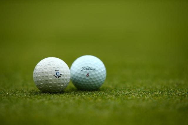 画像: ボールは現代のボールではなく、糸巻きフィールボールを使用。吸い付くような打感に感激