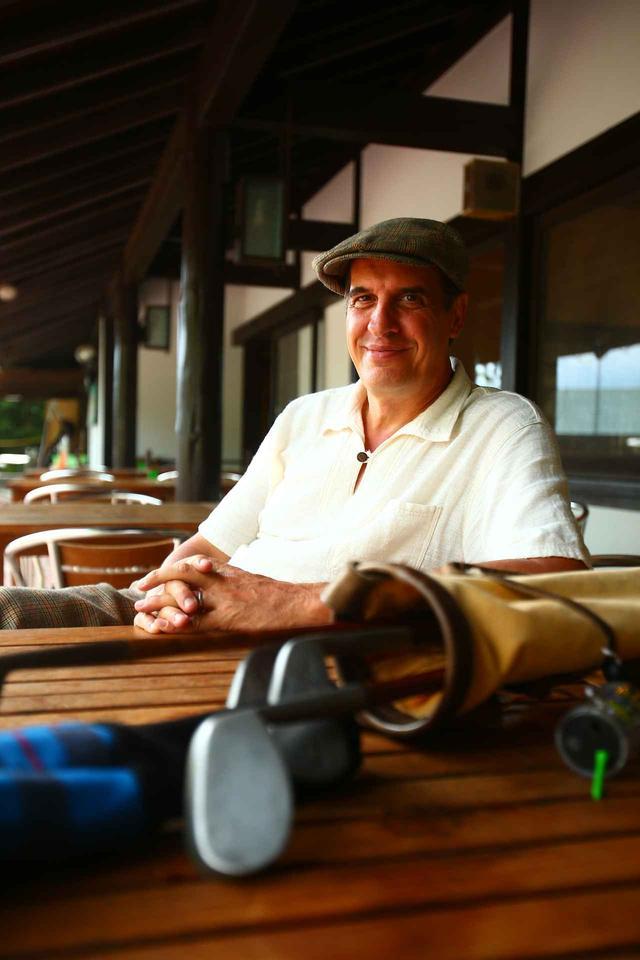 画像: ヒッコリーゴルフを日本に広めるため、旧軽井沢で「カスバート&カンパニー軽井沢」を営むアレックス・ブルースさん。ニッカボッカの似合うジェントルマン