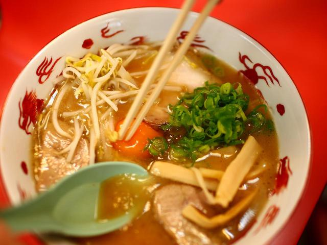 画像: ラーメン店でアルバイトをしていた店主が研究して作り上げたスープは黄土色。徳島ラーメンの中では「黄系」と呼ばれる。おろしニンニクを入れると深みが増す