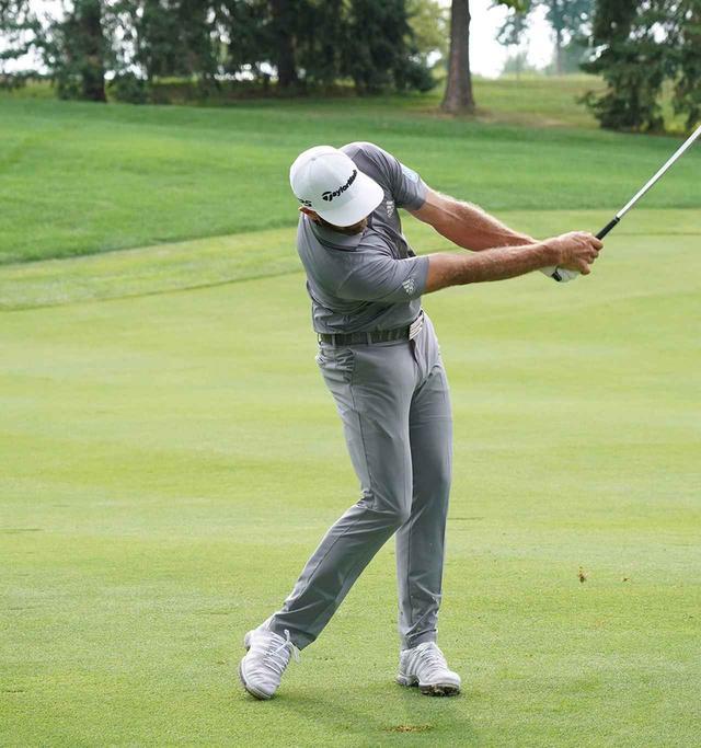 画像: 振り抜きをよくするために右ひざを左に送る