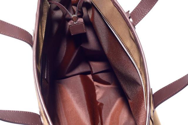 画像: ジップが付いて、しっかり閉まる。底にはシューズ収納ポケット
