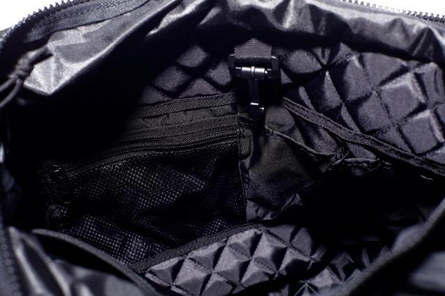 画像: 小物や携帯の収納ポケット多数