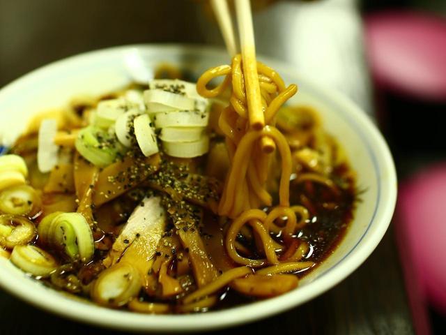 画像: 麺は太いストレート。細いとスープが絡みすぎて塩辛くなってしまう