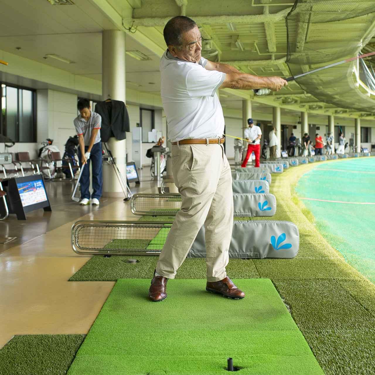 画像4: ベテランゴルファーだけあって、スウィングはまとまっているように見えるが…当たってもスライスするから、思い切って振れないという平瀬さん