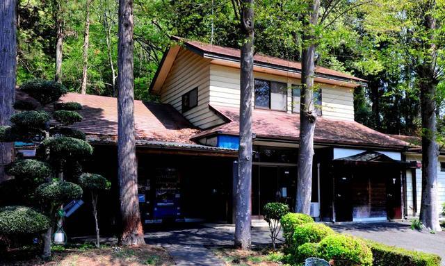 画像: 木立に囲まれたクラブハウス。雰囲気がある