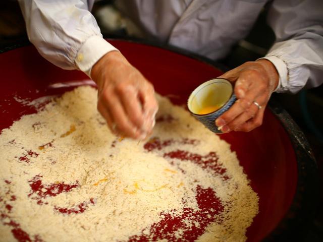 画像: 一番粉に小麦粉を混ぜ、卵と水でつないでいく