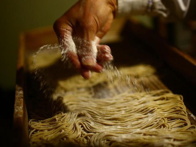 画像: そばの実の中心に近い部分だけを使っているので、蕎麦は白い