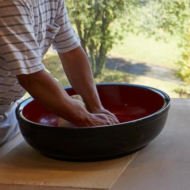 画像: 蕎麦打ち20年の職人・川村さん。喉ごしの良さを引き出す麺の細さにこだわる