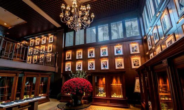 画像: 重厚な雰囲気のクラブハウスには歴代チャンピオンの写真や寄贈クラブが展示される