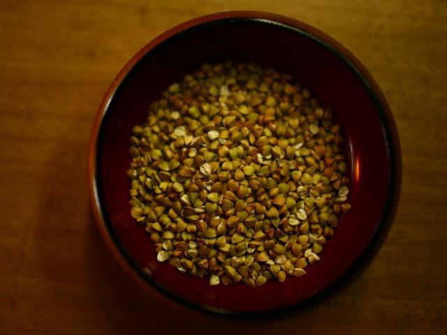 画像: そばの実の中心部だけを使うのが、いわゆる田舎蕎麦に対する江戸蕎麦の基本