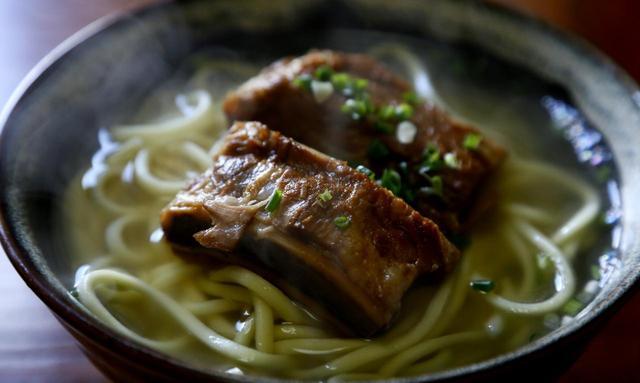 画像: とろっとろの豚のアバラ肉が乗っています。沖縄本島の縮れ麺とは違って素直な中太麺。これで年越し!