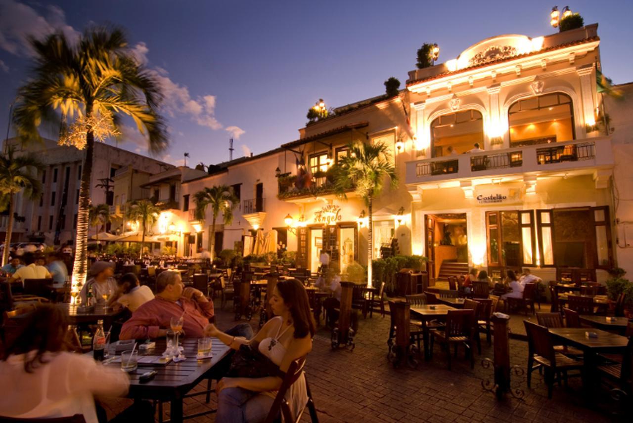 画像: スペイン広場。植民地支配の勢力と貿易の中心地で、現在は多くのレストランやバーが建ち並びます