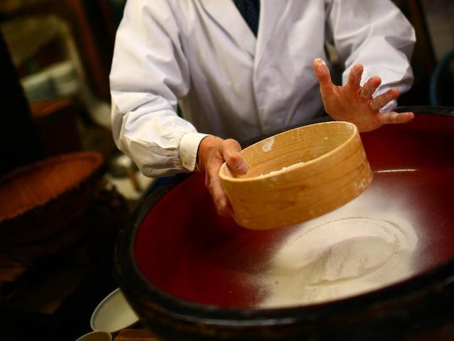 画像: 北海道産と信州産、越前産の蕎麦粉を季節や気候によってブレンド