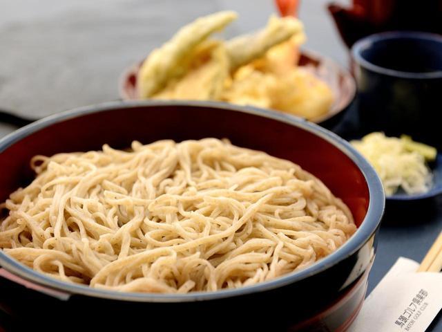 画像: 「天盛りそば」の天ぷらは4種類。衣が薄くサクサクの食感と素材の甘さがひきたつ