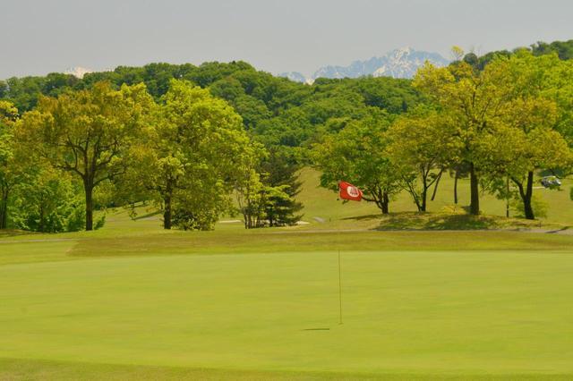 画像: 晴れた日には、立山連峰が望みながらプレーできる