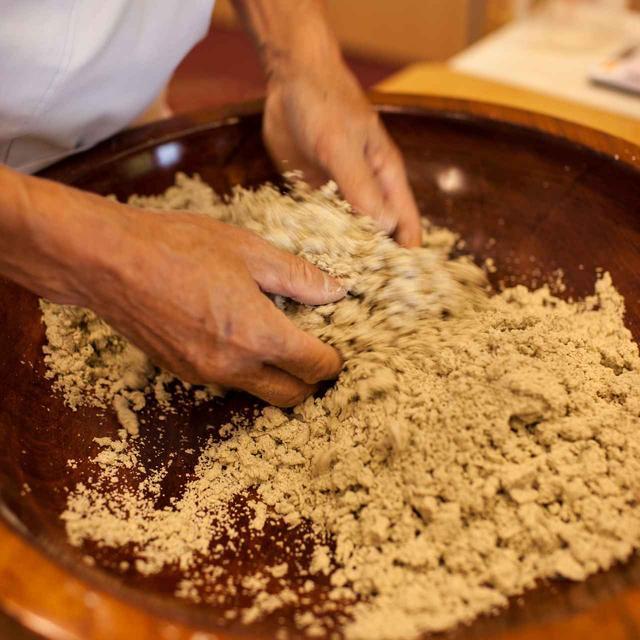 画像: 水回し/指先にチカラを入れずに練る。指先に蕎麦粉がつくのはヘタ