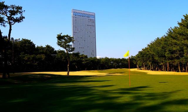 画像: トム・ワトソンゴルフコース。高くそびえるのは敷地内のシンボル、シェラトングランデオーシャンリゾート