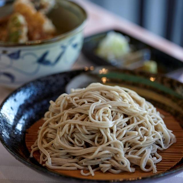画像: 3種類から選べるミニ丼、小鉢付きでボリューム満点。山菜天ぷらや蕎麦懐石も人気