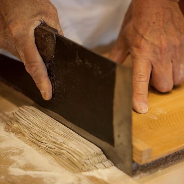 画像: 押し切り/蕎麦は押し切り、うどんは落とし切り。太さも均一