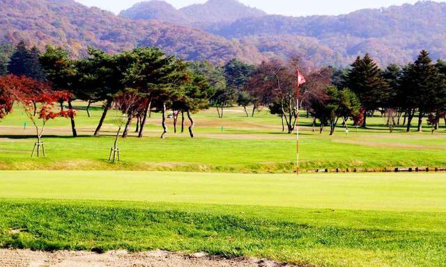 画像: 陳清波設計の18ホール。安曇野を遠景に、白馬三山を望む高原コースで、秋には見事な紅葉を見ることができる