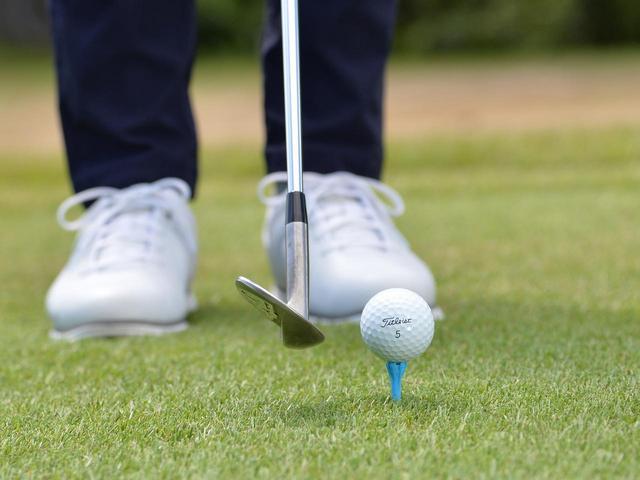 画像: ヘッドを浮かせて構え、ティアップしたボールをクリーンにとらえる練習をしよう