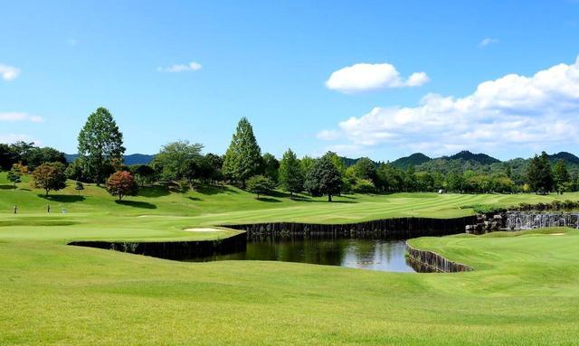 画像: 戦略性の高いレイアウトの馬頭ゴルフ倶楽部。 池を挟んで右手前が18番、池の向こうが9番