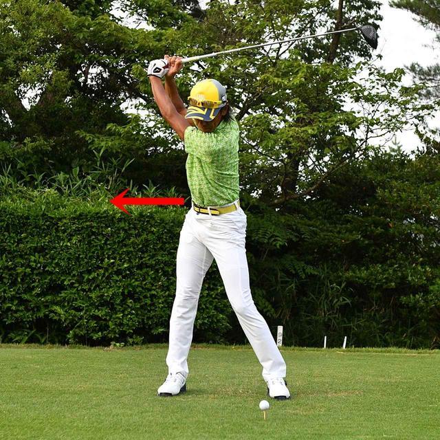 画像: 右腰を踏ん張って、強く捻じり……