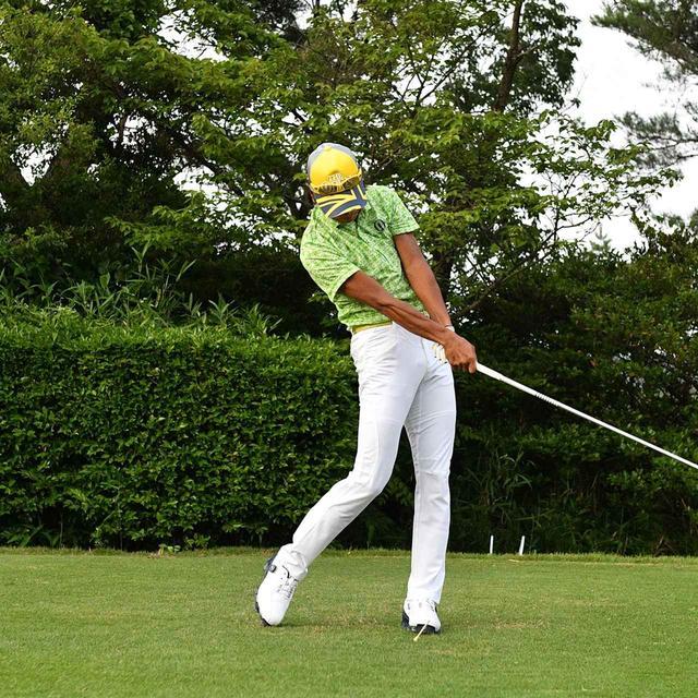 画像: 左に体重移動して、上体が反るようなインパクト