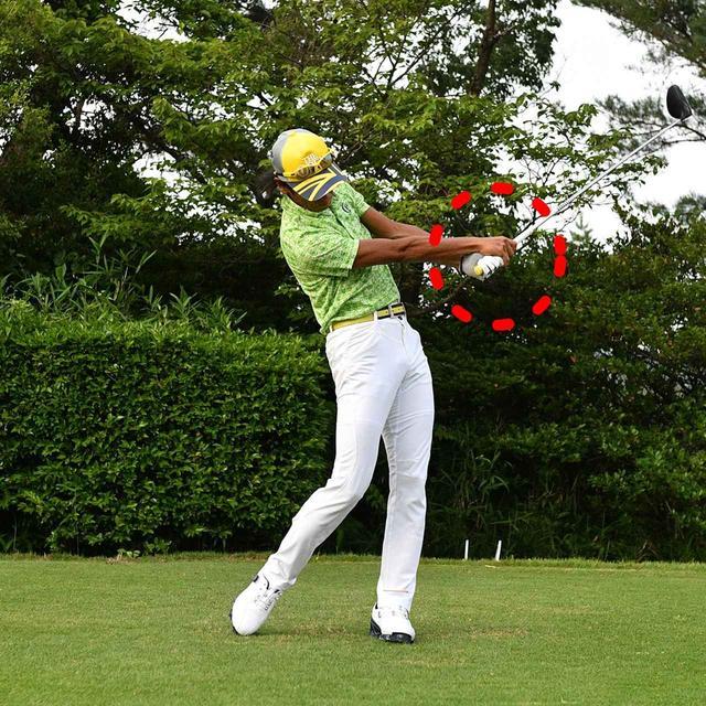 画像: リストターンを使ってヘッドを返して振り遅れをカバー